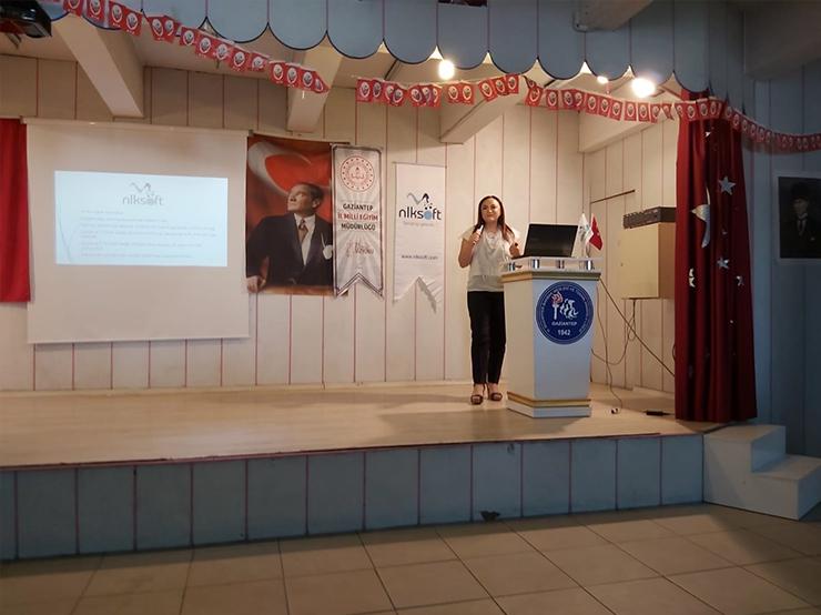 Dünya Kız Çocukları Günü'nde Dijital Okuryazarlık ve Dijital Çağ Konulu Proje Konferansı